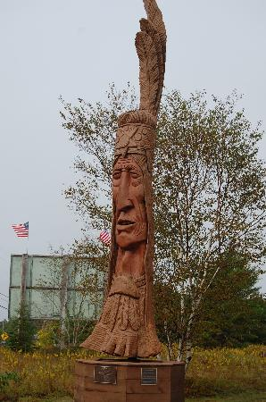 Bar Harbor Campground: Native American Carving at the Entrance