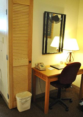 Best Western Golden Spike Inn & Suites: Desk Area
