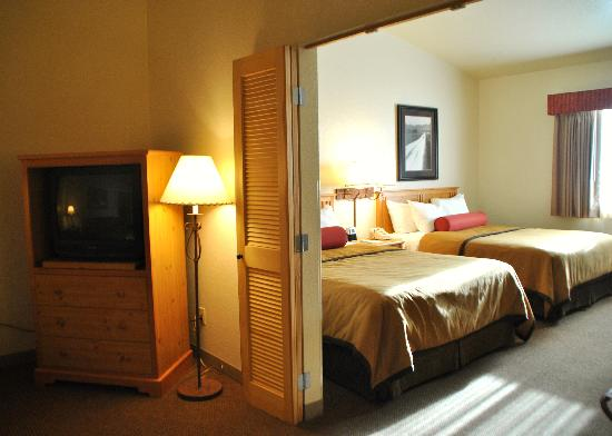 Best Western Golden Spike Inn & Suites: Living Room & Bedroom