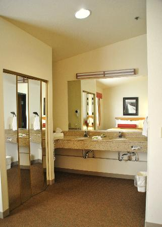 Best Western Golden Spike Inn & Suites: Double Sinks & Large Vanity