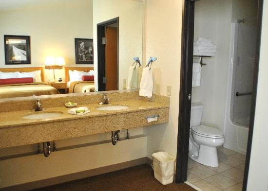 Best Western Golden Spike Inn & Suites: Bathroom