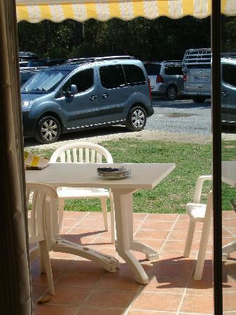 Nemea Residence Les Sables Vignier Saint Georges d'Oleron : la terrasse avec vue sur la parking