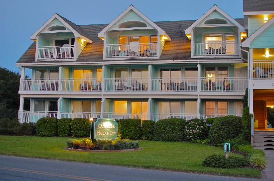Ocracoke Harbor Inn: The Inn at night from the dock