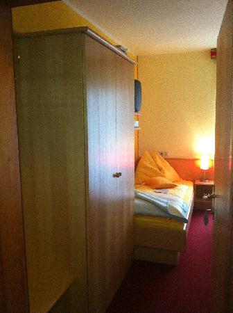 Enzianbrenner B&B: Blick in ein Einbettzimmer