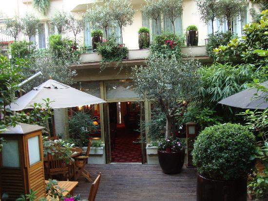 Hotel Atala Champs Elysees: Courtyard view wth hotel and rooms