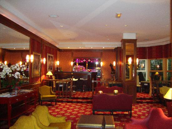 Hotel Atala Champs Elysees: The bar area, nnot very busy most of the time