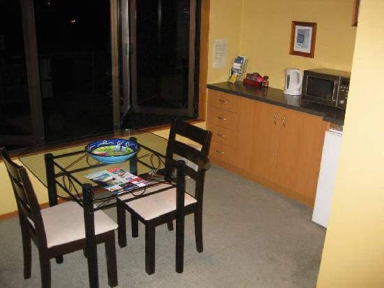 Te Waka Lodge: Kitchen Table in Large Apt Upstairs