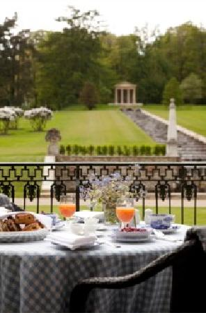 Ballyfin Demesne: Breakfast by the cascade