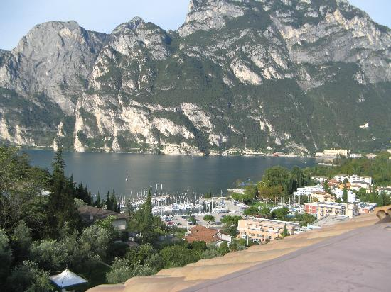 Panoramic Hotel Benacus : view of the lake and mountain from the balcony