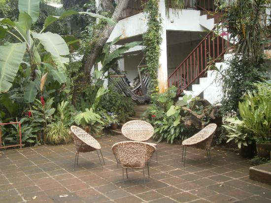 La Mariposa Spanish School and Eco Hotel: Main terrace with banana fibre chairs - very comfortable