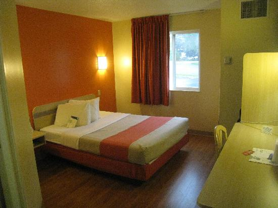 Motel 6 Sandusky-Milan: Newly painted rooms. Lighting seems absorbed into the darker paint scheme..