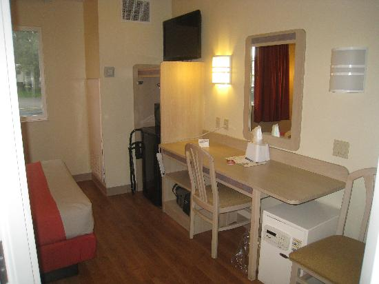 Motel 6 Sandusky-Milan: Desk area, Note the power cord draped over the fron of the desk. Could be a problem with small c