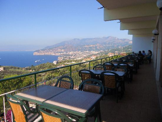Il Nido Hotel Sorrento: Outdoor patio with a view
