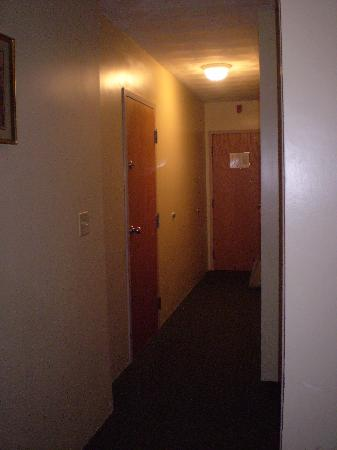 Ramada Middletown Newport Area: long hallway