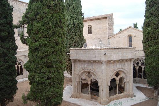 Real Monasterio de Santa María de Poblet: Poblet la fontaine du cloitre