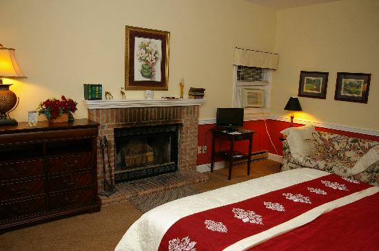 The Inn at Elk River: Fire place in King Suite