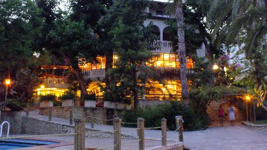 Alara Hotel : Restaurant (oben) und Hotelbar (unten)
