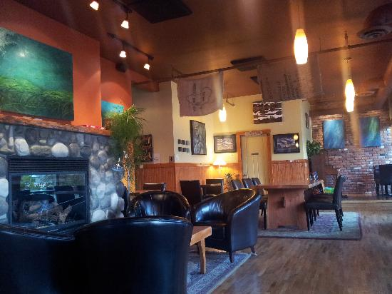 Buzz Coffee House: Fireplace, leather couches and a huge solid wood study table contribute to the cozy, relaxed atm
