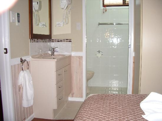 Toolooa Gardens Motel and Apartments: Ensuite x 2 - one in each bedroom!