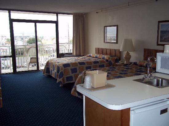 Carousel Resort Hotel & Condominiums: Double Queen Room, street view