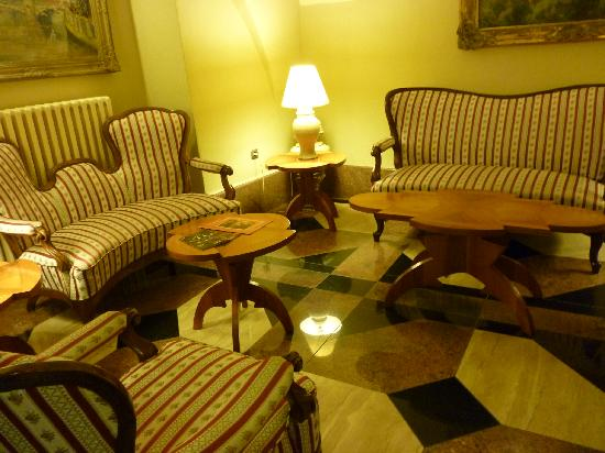 The Charles Hotel: La salita junto a Recepción.
