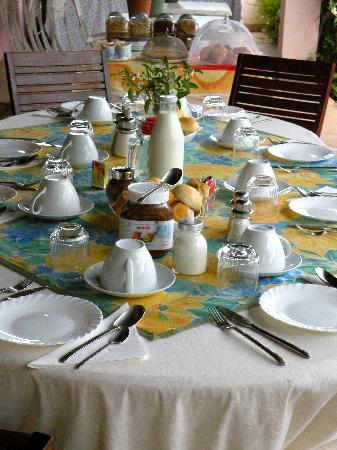 B&B Villa Beatrice: Breakfast Table