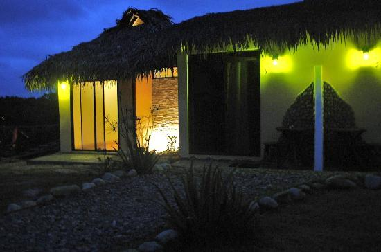La Buena Vida Hotel- Ayampe: Spa Room at night
