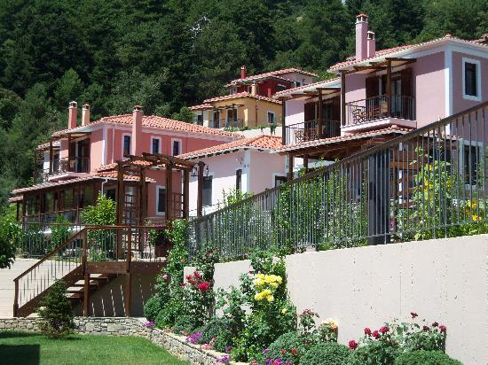 Ilaeira Mountain Resort: At the first flour you can see the suites and the private houses and villas amphitheatrically bu