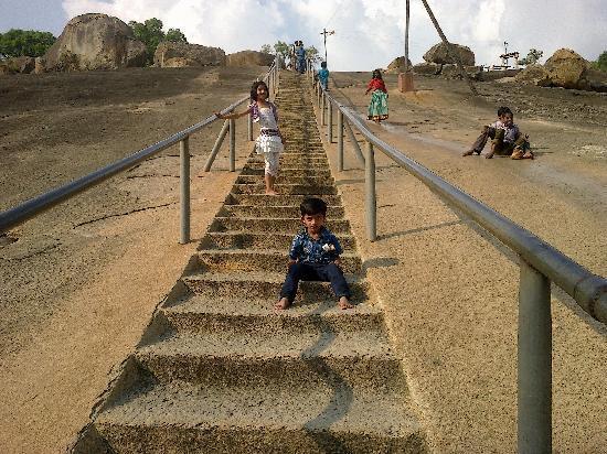 Bhagawan Bahubali Statue (Gommateshwara): Stairs to the hill