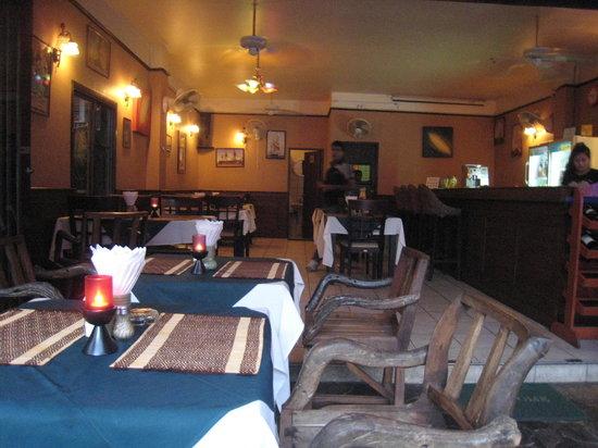 Kohinoor Indian Restaurant: View towards the interior of the Kohinoor Restaurant