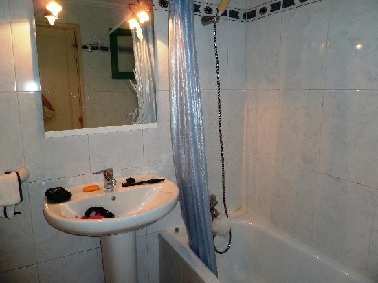 Luz y Mar Apartments: The Bathroom