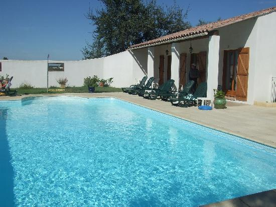Auberge de la Fadaise : view of rooms and pool