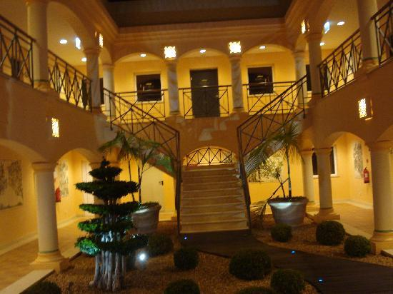 Vale d'Oliveiras Quinta Resort & Spa: The interior of the hotel at night