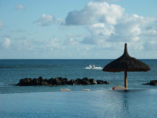 Sands Suites Resort & Spa: Across the pool onto the beach