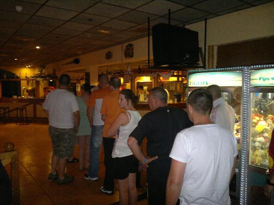 BelleVue Club: Bar queue