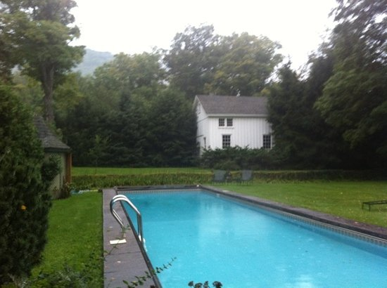 Roxbury Village Inn: pool out back