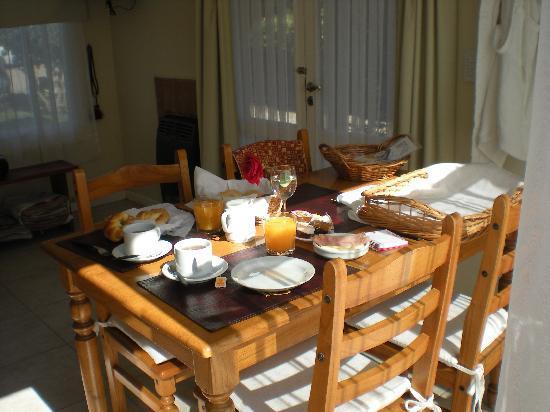 Apart Hotel La Galeria: El exquisito desayuno servido en la cabaña
