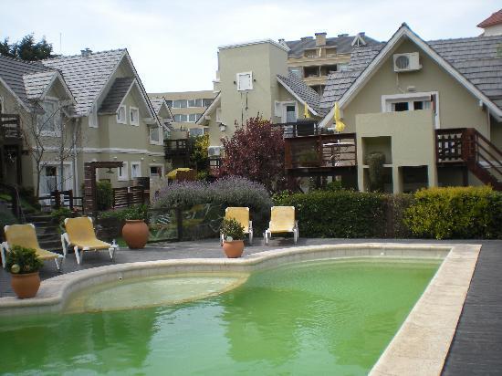 Apart Hotel La Galeria: La piscina el domingo
