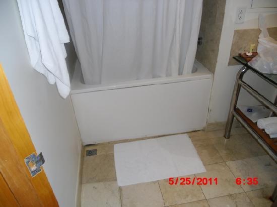 เฟียสต้า รีสอร์ท กวม: Bathroom