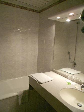 Hotel Terminus Montparnasse : bathroom/toilet