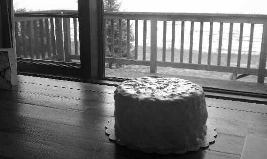 Eagle Nest Lodge: Surprise anniversary cake waiting in our cabin, thank you Bryan and Sue for helping coordinate!