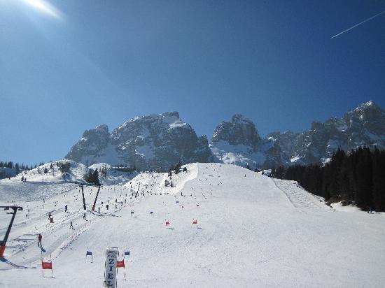 Hotel Kreuzbergpass: the ski slopes in front of hotel