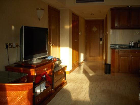 โรงแรมรอยัลพลาซ่า: Room includes fridge and lots of storage