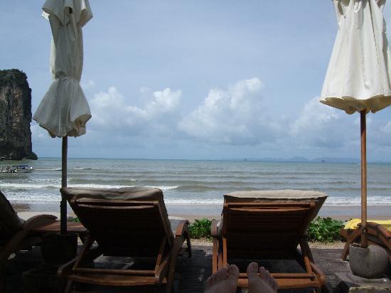 เซ็นทารา แกรนด์ บีช รีสอร์ท แอนด์ วิลล่า: sunbed facing to the sea