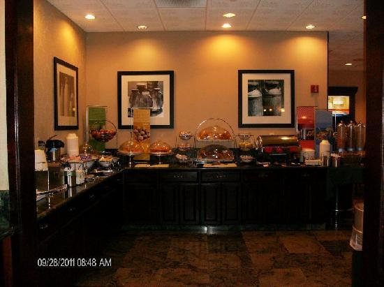Hampton Inn Carlstadt-At The Meadowlands: breakfast area with plenty of seating as well