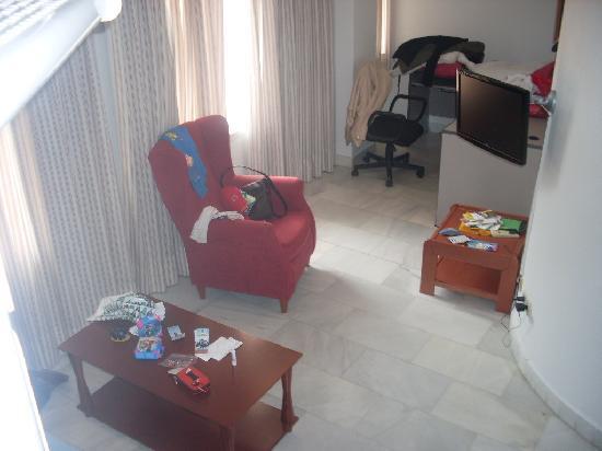 Apartamentos Principe 11 : salón visto desde la escalera que subía a la habitación principal