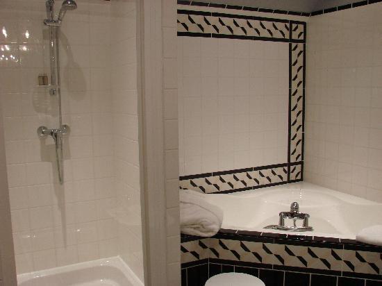 Hostellerie Domaine de Montgivroux : Salle de bain