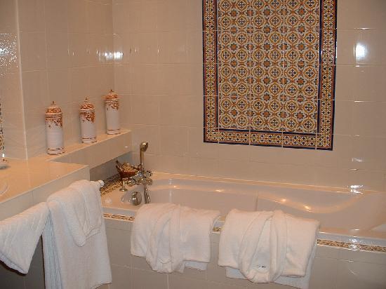 Hostellerie Domaine de Montgivroux : Salle de bain prestige