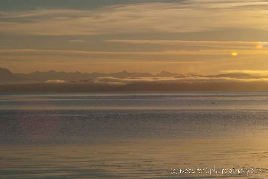 Bella's Beachfront B&B : view of the mountains - after sunrise