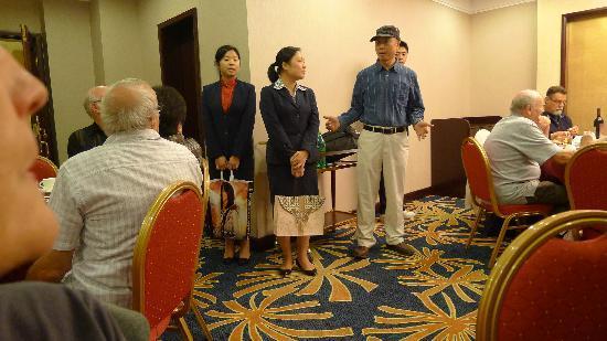 Golden Dragon Hotel: Les représentantes de l'hôtel XX apportent des cadeaux